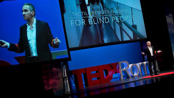 """Robot e """"angeli tattili"""": le nuove guide a distanza per ciechi"""